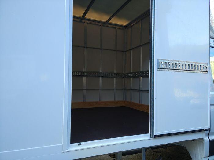 Furgón de carga Volkswagen Crafter con plataforma elevadora